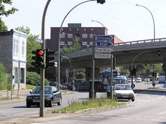 Alleinstehende Haus - Fuhlsbüttler Straße 284 in Hamburg Barmbek Nord. im Hintergrund die Barmbeker Ringbrücke.