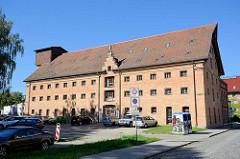 Historische Industrie-Architektur am Hafen von Neustrelitz, altes Speichergebäude - jetzt Nutzung als Gewerberaum / Geschäfte.