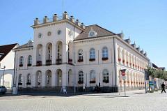 Rathaus von Neustrelitz, Marktplatz - eingeweiht 1843, Architekt Schinkelschüler Friedrich Wilhelm Buttel. zwei Geschoss massiver Putzbau im Stil des Klassizismus.