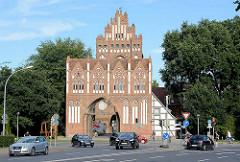 Das Treptower Tor in Neubrandenburg wurde Mitte des 14. Jahrhunderts im Stil der norddeutschen Backsteingotik errichtet.