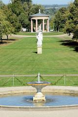 Sichtachse vom Brunnen zum Hebetempel im Schlosspark Neustrelitz