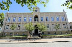 Giebel mit Waren-Wappen vom Richard-Wossidlo-Gymnasium in Waren (Müritz); die Schule ist ein allgemeinbildendes, naturwissenschaftlich ausgerichtetes Gymnasium.