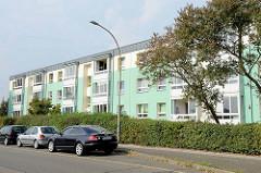 Mehrstöckige Wohnblocks mit mintgrüner Fassadengestaltung am Ortsrand von Maschen.