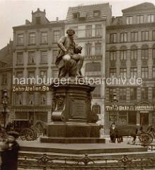 Historisches  Bild vom Hamburger Lessing Denkmal am Gänsemarkt; Pferdedroschken warten am Straßenrand.