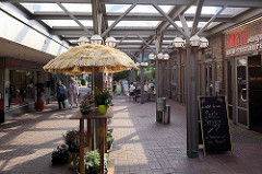 Überdachte Einkaufspassage / Geschäfte am Hummelsbüttler Markt in Hamburg Hummelsbüttel.
