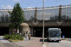Bushaltestelle Hovestrasse auf der Veddel - ein Autobus hat gerade die Unterführung unter der Autobahn A255 / Abzweig Veddel durchfahren.