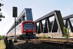 Seit 1872 überquerte die Bahn die Süderelbe über eine Bogenbrücke; diese wurde 1970 abgerissen und durch dei 340m lange Fachwerkbrücke ersetzt.