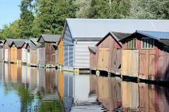 Bootshäuser aus Holz und Metall / Kunststoff - Bootsliegeplätze am Oberbach in Neubrandenburg.