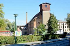 Historische Architektur am Hafen von Neustrelitz, altes Speichergebäude - jetzt Nutzung als Gewerberaum / Geschäfte.