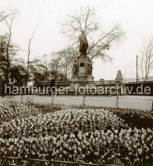 Altes Bild vom Hamburger Schiller Denkmal in der Nähe  der Hamburger Kunsthalle am Ferdinandstor.
