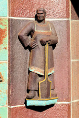 Terrakotta Figur / Arbeiterfigur am Eingangsbauwerk der ehemaligen Margarinefabrik Voss in Hamburg Barmbek/Nord.