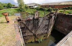Das alte Stemmtor der Schmidtkanal-Schleuse ist mit Pflanzen bewachsen - es kann nicht mehr genutzt werden.
