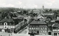 Altes Luftbild von Neustrelitz, Blick zum Schloss und zur Schlosskirche. Im Vordergrund links eine Drogerie und der Eingang zur Löwenapotheke.