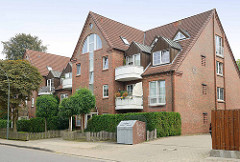 Mehrstöckiges Wohnhaus mit Giebel und Kupfer Dachgauben - moderne Architektur im Ortskern von Maschen