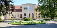 Die klassizistische Orangerie im nordöstlichen Teil des Schlossparks von Neustrelitz.