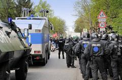 """Straßenblockade, Demonstration in Hamburg Barmbek, Polizeikräfte mit Wasserwerfer zeigen Respekt vor dem """"Vorsicht Schule"""" Schild"""
