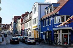 Wohnhäuser / Geschäftshäuser unterschiedlicher Baustile, Mühlenstraße in Waren / Müritz.
