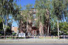 Eingang / Namensschild der Pestalozzi Schule in der Stadt Neubrandenburg - Backsteingebäude / Jugendstilelemente.