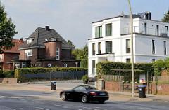 Einzelhäuser an der alten Landstraße in Hamburg Hummelsbüttel - moderne kubische Architektur mit weißer Fassade und Backsteinvilla.