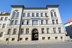Mehrstöckiges Wohngebäude in der Zierker Straße von Neustrelitz;  historische Architektur der Stadt, unter Denkmalschutz stehend.