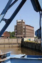 Blick über den Billehafen zum historischen Kontorhaus am Brandshofer Deich in Hamburg Rothenburgsort.