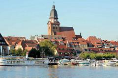 Blick über die Müritz nach Waren - Sportboothafen / Marina und St. Marienkirche.