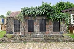 Kriegerdenkmal mit Namenstafel an der Schulstraße in Maschen.