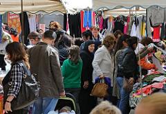 Auf dem Wilhelmsburger Wochenmarkt können die Besucher neben  Gemüse und Obst auch vielerlei Kleidung kaufen.