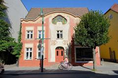 Wunderschöne Jugendstilarchitektur - Wohnhaus mit großflächiger Jugendstilornamentik und farbigem Oberlicht in Neustrelitz.