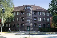 Mehrstöckiges Wohnhaus am Hummelsbüttler  Kirchenweg in Hamburg Fuhlsbüttel; turmartiges Treppenhaus - Siedlungsbau der 1920er Jahre.
