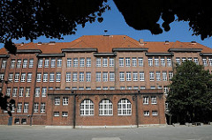 In der Schule Bullenhuser Damm wurden am 21. April 1945 von der SS zwanzig Kinder zusammen mit ihren Pflegern im Keller auf brutale Weise ermordet.