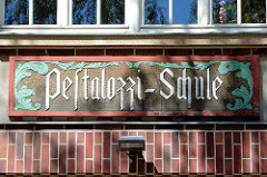 Namensschild der Pestalozzi Schule in der Stadt Neubrandenburg - Backsteingebäude / Jugendstilelemente.