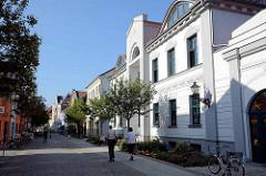 Historische Architektur in Waren - Fussgängerzone in der Friedensstraße.