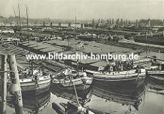 Dicht an dicht liegen die Binnenschiffe in der Billwärder Bucht. Im Hintergrund rechts sind Bäume von Kaltehofe zu erkennen (ca. 1930)
