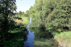 Lauf der Goose-Elbe  durch Wiesen und Felder in den Hamburger Vierlanden / Kirchwerder.