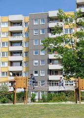 Die Wilhelmsburger Hochhaussiedlung  entstand in den 1980er Jahren - ca. 5 7000 Menschen leben dort -  Grünanlagen .
