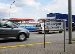 Dichter Strassenverkehr auf der Amsinckstrasse - die Autos brausen an dem Strassenschild vorbei, das die Grenze zu Rothenburgsort, Bezirk Hamburg-Mitte anzeigt.
