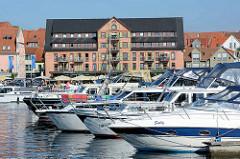 Sportboothafen / Marina in Waren an der Müritz - Blick zur Uferpromenade, Gebäude mit Ferienwohnungen.