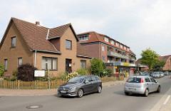Wohnhäuser mit Gewerbezeile an der Schulstraße im Ortskern von Maschen.