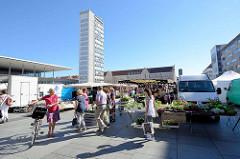 Wochenmarkt auf dem Marktplatz von Neubrandenburg - im Hintergrund das 1965 erbaute Hochhaus sogen. Kulturfinger.