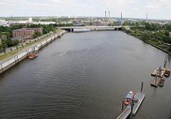 Blick über den Müggenbrger Zollhafen zur Autobahnbrücke der A255; dahinter sind die hohen Industrieschornsteine der Aurubis, vorm. Norddeutsche Affinerie auf der Peute zu erkennen.