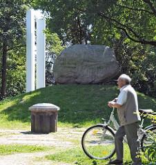 Das Deichdenkmal erinnert an die 1333 begonnene Eindeichung Wilhelmsburg; es wurde 1933 errichtet.