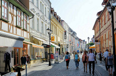 Geschäftsstraße, Fussgängerzone mit historischer Architektur - Einzelhandel, Lange Straße in Waren - Blick zum Neuen Markt.