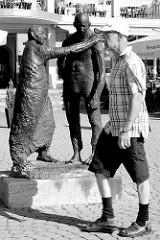 """Figurengruppe """"Der verlorene Sohn"""" des Leipziger Bildhauers Stephan an der Hafenpromenade von Waren / Müritz."""