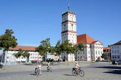 Marktplatz von Neustrelitz - Blick auf die Stadtkirche, die ursprünglich 1778 nach Plänen des Hofarztes Johann Christian Wilhelm Verpoorten errichtet wurde.