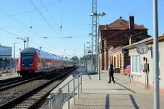 Regionalzug auf am Bahnsteig - Bahnhof in Waren (Müritz).