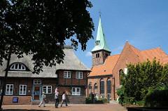 Blick auf die evangelisch lutherische Kreuzkirche in Hamburg Kirchdorf. Die Fachwerk-Saal-Kirche entstand 1614 und bildet den historischen Kern von Wilhelmsburg.
