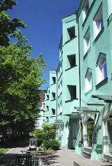 Expressionistische Architektur in Hamburg- Wilhelmsburg. Die Hausfassade ist in Türkis gehalten - die Balkone, Fenster und Türen.