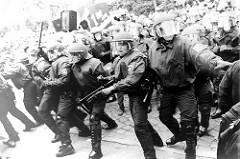 Juhu, das ist ja hier wie damals in Brokdorf!!! Polizisten freuen sich auf ihre Arbeit, allerdings nur in Hamburg Barmbek.