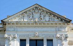 Giebel / Tympanon  vom ehemaligen Amtsgericht Neustrelitz, Wappen der Stadt von Putten gehalten; erbaut 1861 Entwurf von Friedrich Wilhelm Buttel.